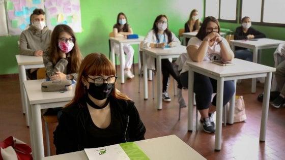"""Scuola, le Regioni scrivono alla ministra: """"Non serve spezzare le classi, in molte aule il distanziamento c'è già"""""""