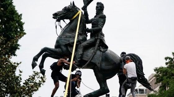 """Usa, attaccata la statua di Jackson. Trump: """"Dieci anni di carcere per chi vandalizza o distrugge i monumenti"""""""