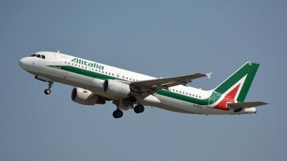 Alitalia, Patuanelli: Non sarà smembrata. In cassa 232 milioni