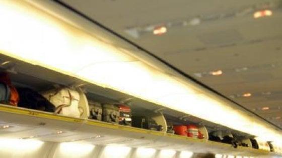 Coronavirus, Enac: trolley nelle cappelliere in aereo solo se c'è distanziamento