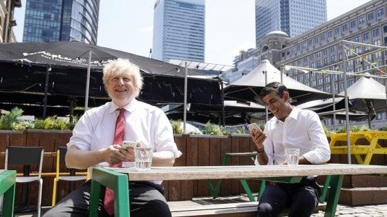 Passo indietro di Boris Johnson: niente più quarantena per chi rientra dall'estero