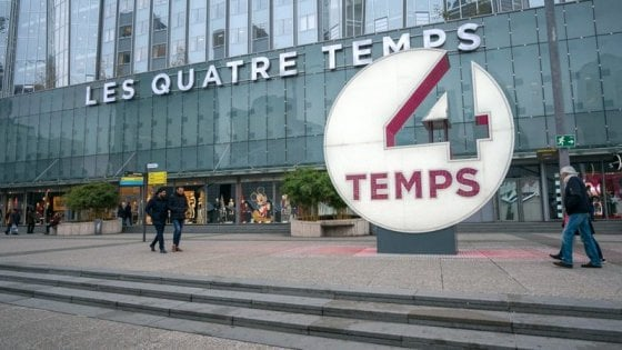 """Allarme a Parigi: """"Un uomo armato"""". Evacuato un centro commerciale"""