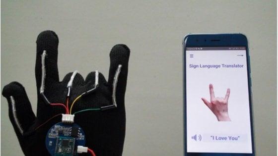 I guanti hi-tech che traducono il linguaggio dei segni in lingua parlata