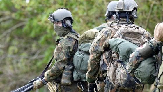 """Berlino scioglie unità delle forze speciali: """"compromesse"""" da estremisti di destra e neonazi"""
