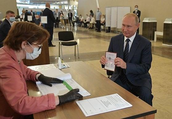 Russia, ultimo giorno per votare la contestata riforma costituzionale tra lotterie e premi in denaro