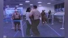Agente sferra un pugno in faccia a una donna afroamericana