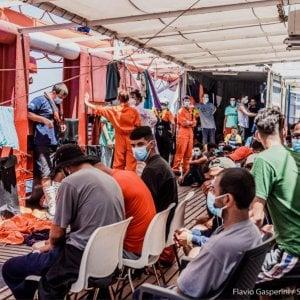 Migranti, Ocean Viking dichiara stato di emergenza. Nelle prossime ore il Viminale assegnerà un porto dove garantire i controlli sanitari in sicurezza