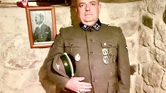 In divisa da nazista con la foto di Hitler. Lo scandalo di u