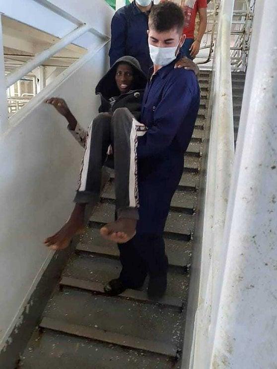 La foto shock dell'uomo sulla nave Talia simbolo della tragedia dei migranti