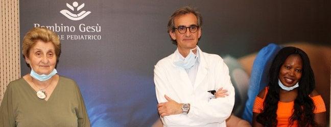 Carlo Marras, al centro tra Mariella Enoc e la mamma delle gemelline