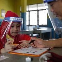 """Il pediatra: """"Per i bambini mascherina dai tre anni. Possono essere contagiosi come gli..."""