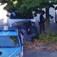 Verona, arrestato e bloccato a terra da tre poliziotti per cinque minuti. Il video di una...