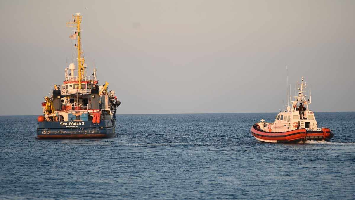 Migranti, assalto a Lampedusa: dieci sbarchi in 24 ore. Arrivano in 570, l'hotspot pieno non può ospitarli per la quarantena