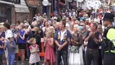 Spitfire, canti e una folla in strada: ecco l'ultimo saluto a Vera Lynn
