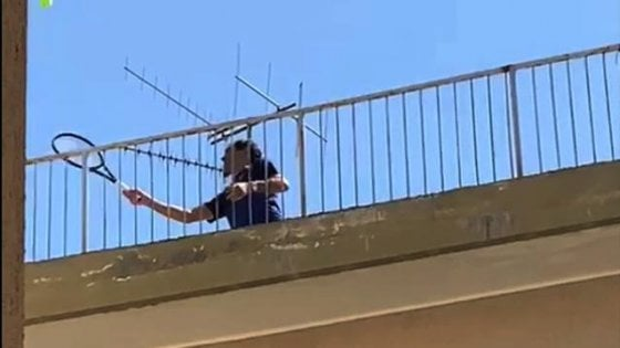Tennis, Federer in Italia per uno spot con le due tenniste che palleggiavano sui tetti