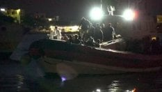 Sbarchi continui: l'arrivo di un'imbarcazione di migranti