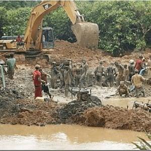 Ghana, Pechino promette strade e ponti in cambio di bauxite, gli ambientalisti: in pericolo l'acqua per milioni di persone