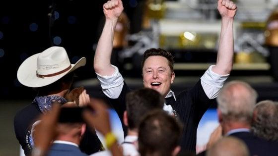 Musk scalza Buffett: grazie alla Tesla dei record è il settimo più ricco al mondo