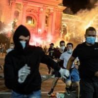 Serbia, quarta notte di scontri a Belgrado: 71 arresti