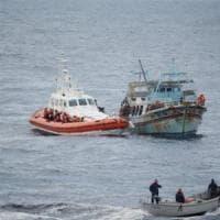 Calabria, proteste ad Amantea dopo l'arrivo di 13 dei 28 migranti positivi al co...
