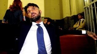 Fabrizio Corona, festa in casa con cinque amici: ma è ai domiciliari, e arrivano i carabinieri