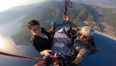 Colazione panoramica: ecco il salotto 'in aria' del pilota di parapendio