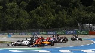 """Hamilton domina: doppietta Mercedes. Disastro Ferrari, i piloti si toccano: ritiro al 1° giro. Vettel: """"Ero in lotta poi è arrivato Leclerc"""". Il compagno si scusa"""
