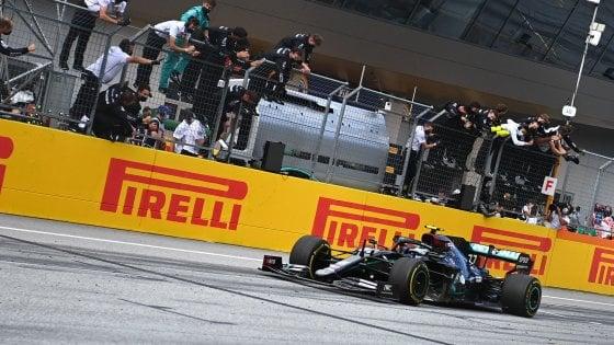 F1, Gp Stiria: dominio Hamilton e doppietta Mercedes. Disastro Ferrari: contatto al via Leclerc-Vettel e fuori entrambi