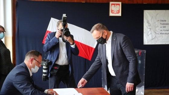 Ballottaggio presidenziale in Polonia, exit poll: tra Duda e lo sfidante Trzaskowski è testa a testa