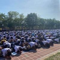 """Thailandia, gli studenti si ribellano al rito della prostrazione: """"È disumano"""""""