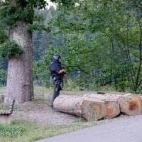 """Germania, è caccia a """"Rambo"""": in centinaia sulle tracce di un uomo armato di arco e frecce"""