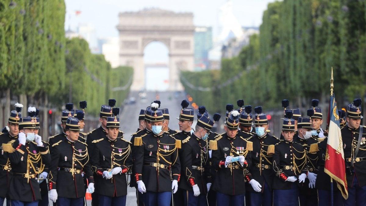 """Francia, festa nazionale del 14 luglio in formato Covid: nessuna sfilata, omaggio ai """"camici bianchi"""""""