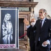 """Restituita alla Francia la """"ragazza in lutto"""" di Banksy rapita al Bataclan"""