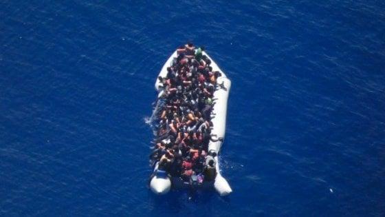 """Migranti, il sindaco di Lampedusa: """"Dichiaro stato di emergenza"""". Il mercantile Cosmo in attesa di un porto sicuro"""