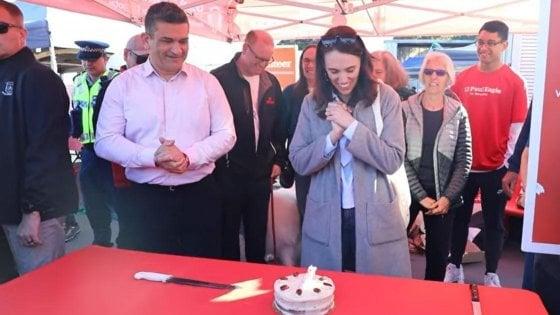 """La premier Ardern festeggia i 40 anni, in Nuova Zelanda è sempre più """"Jacindamania"""""""