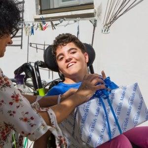 In bici per il lungomare di Livorno: Azzurra realizza il suo sogno