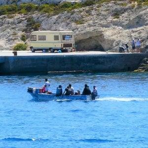 """Lampedusa sotto assedio: l'hot spot che scoppia  ai tempi del Covid. Il sindaco: """"I turisti hanno paura dei contagi"""""""