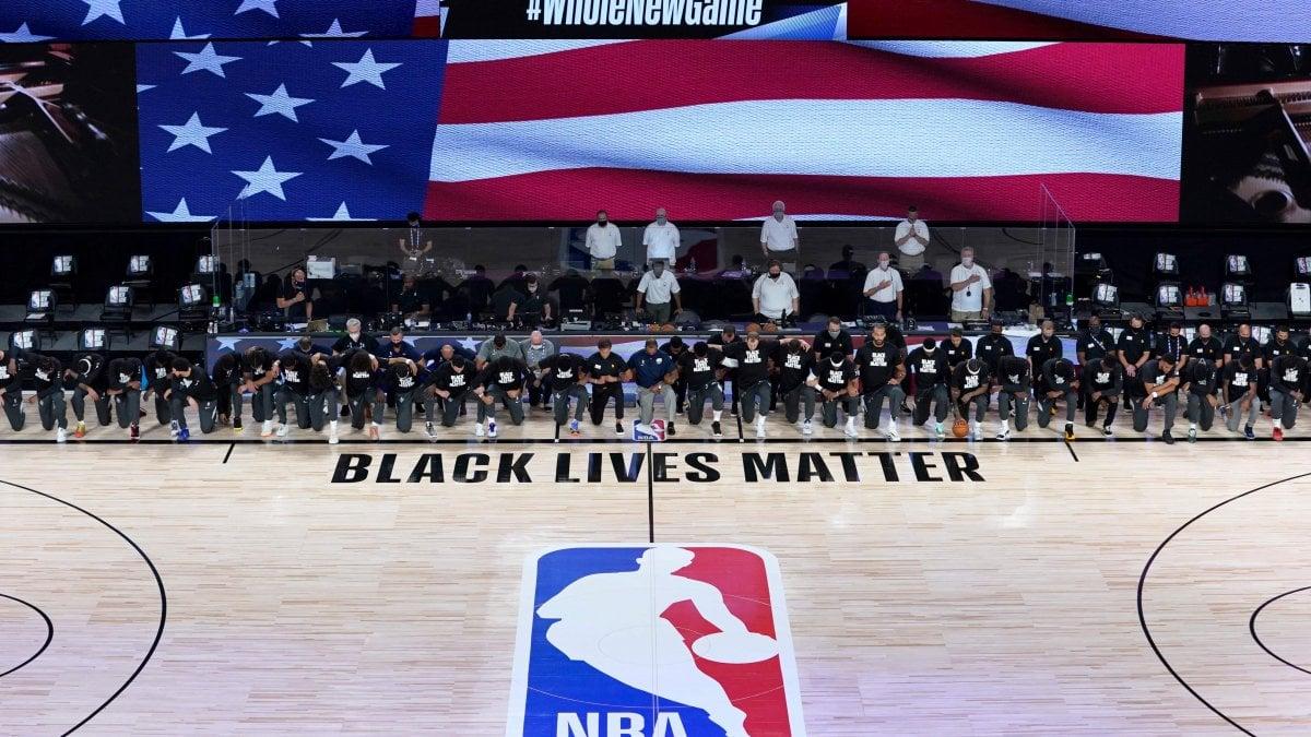 """Basket, l'Nba riparte nella """"bolla"""" di Orlando: tutti in ginocchio per Black lives matter"""