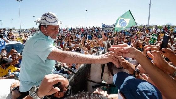 """Brasile, Bolsonaro scherza sul coronavirus: """"Dopo 20 giorni al chiuso, ho la muffa nei polmoni"""""""
