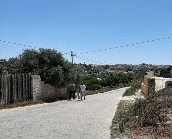 Lampedusa, tensione nell'isola frontiera tra l'hotspot sovraffollato, migranti in cerca di cibo e paura del Covid