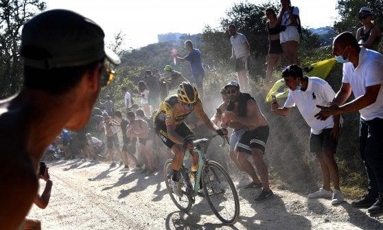 Ciclismo, Strade Bianche: assolo di Van Aert, secondo posto per Formolo