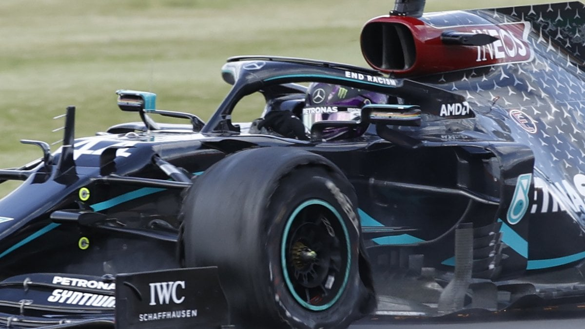 F1, Silverstone: le Mercedes bucano, Hamilton vince su tre ruote. Leclerc terzo dietro Verstappen