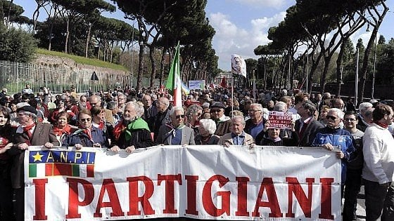Idea M5s: a Roma un museo del fascismo. I partigiani dicono no e Raggi ferma tutto
