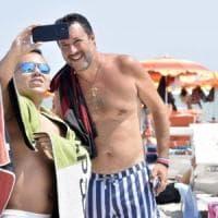 """Salvini fa dietrofront sulle mascherine: """"Sì nei luoghi chiusi, usate la testa"""". Su..."""