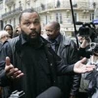 """Francia, il comico Dieudonné bandito da Facebook e Instagram: """"Deride le vittime della..."""