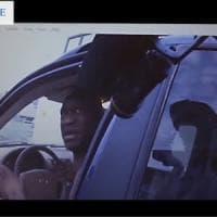 """""""Non spararmi, agente, per favore"""". Le immagine mai viste del fermo di Floyd prima..."""