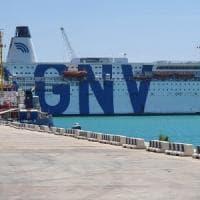 Migranti, la nave quarantena arriva a Lampedusa. Sbarchi in Calabria e Salento