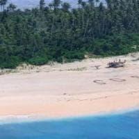 Naufragati su un isolotto nel Pacifico, si salvano scrivendo Sos sulla sabbia