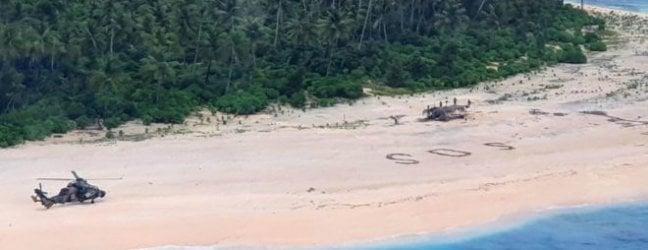 Naufragati su un isolotto nel Pacifico, si salvano scrivendo enorme Sos sulla sabbia