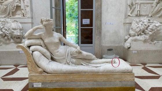 """Danneggia statua Canova: """"Pagherò i danni"""""""